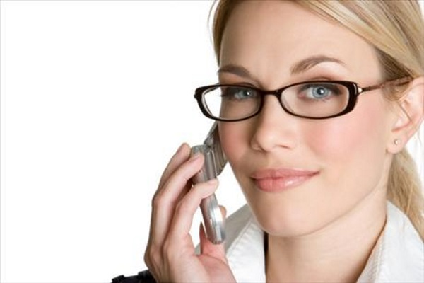 zena-a-telefon