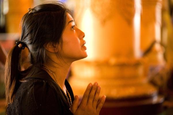 Myanmar Rangoon Ticha modlitba k Buddhovi
