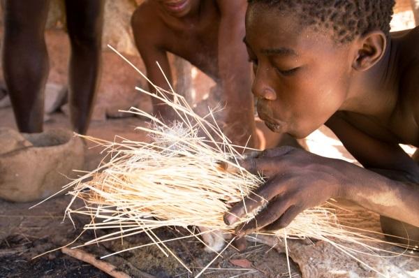 Namibia Prislusnici kmenu Daman zapaluju ohen